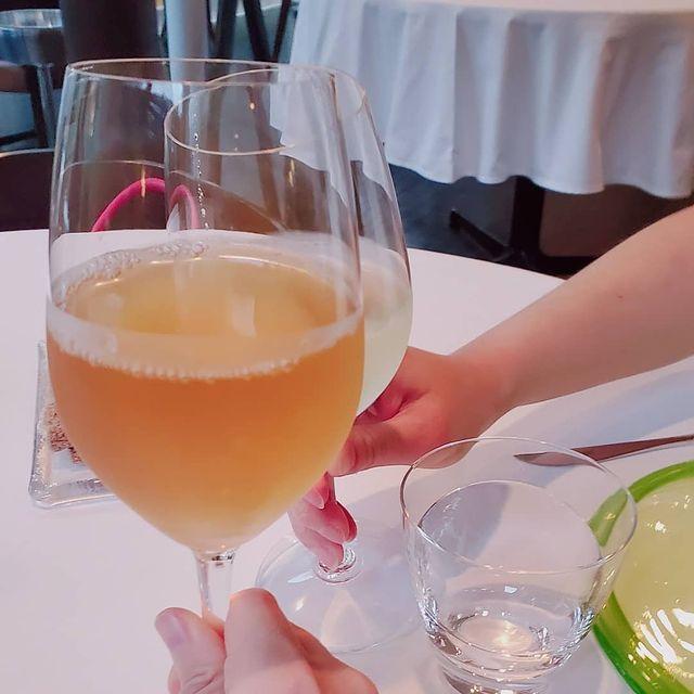 ワイングラスに入った飲み物